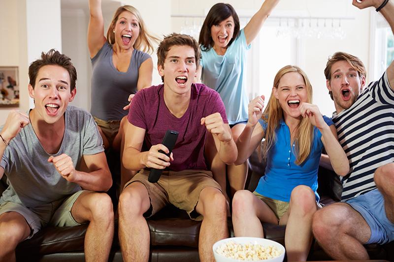 Люди смотрят ТВ